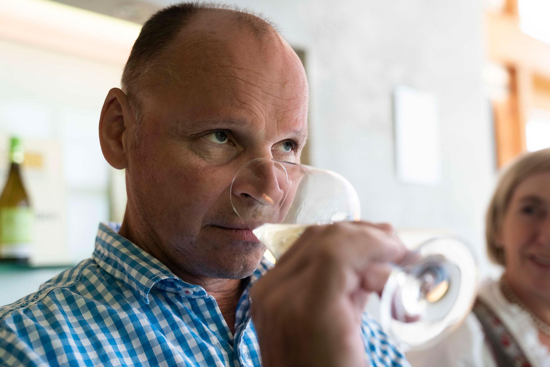 Ludwig Gruber bei der Weinprobe